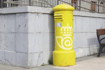 72722898-bilbao-spanje-23-februari-2017-oud-en-een-weinig-roestige-brievenbus-van-correos-espaÃ-±-a-de-nationa