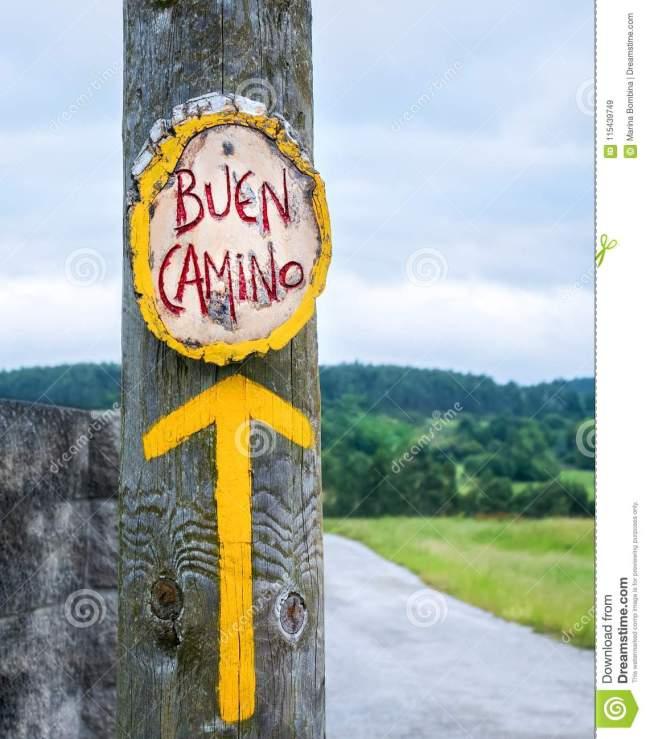 gele-pijl-teken-voor-pelgrims-op-camino-de-santiago-kuuroord-115439749